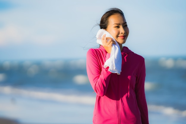 Retrato, bonito, jovem, mulher asian, executando, ou, exercício, ligado, a, tropica, natureza, paisagem, de, praia