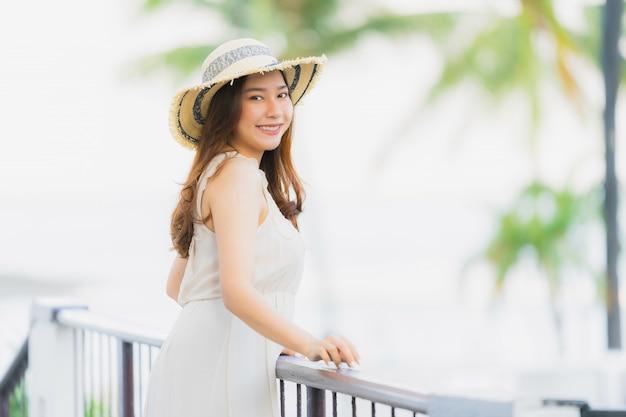Retrato, bonito, jovem, mulher asian, feliz, e, sorrizo, com, viagem, em, hotel, recurso, neary, mar, e, praia