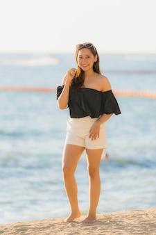 Retrato, bonito, jovem, mulher asian, feliz, e, sorrizo, ligado, a, praia, mar, e, oceânicos