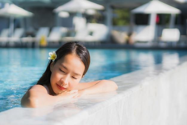 Retrato, bonito, jovem, mulher asian, feliz, sorrizo, em, piscina, ao redor, recurso, e, hotel