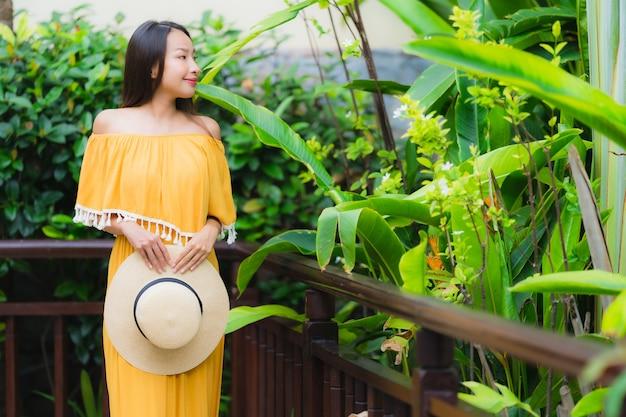 Retrato, bonito, jovem, mulher asian, feliz, sorrizo, lesire, em, a, jardim, parque