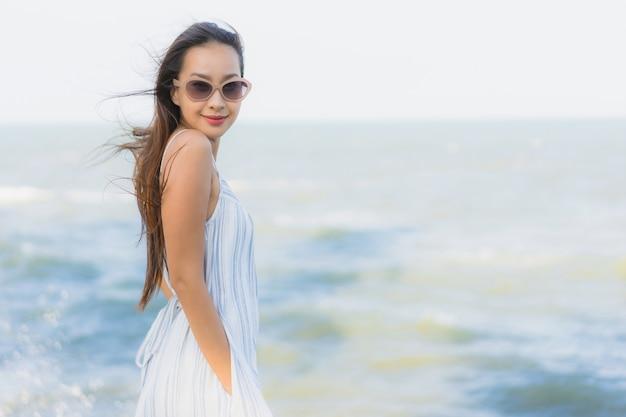 Retrato, bonito, jovem, mulher asian, feliz, sorrizo, relaxe, ao redor, neary, praia, e, mar