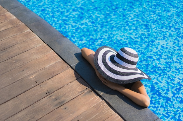 Retrato, bonito, jovem, mulher asian, feliz, sorrizo, relaxe, ao redor, piscina, em, hotel, recurso