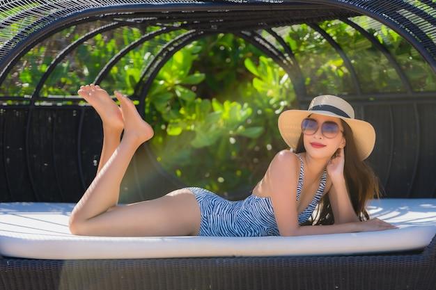 Retrato, bonito, jovem, mulher asian, feliz, sorrizo, relaxe, ligado, a, praia tropical, mar, oceânicos, para, lazer, viagem