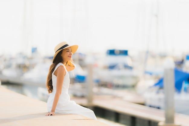 Retrato, bonito, jovem, mulher asian, lazer, sorris, feliz, relaxe, ao redor, iate, porto