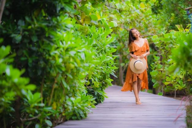 Retrato, bonito, jovem, mulher asian, passeio, ligado, caminho, caminhada, em, a, jardim