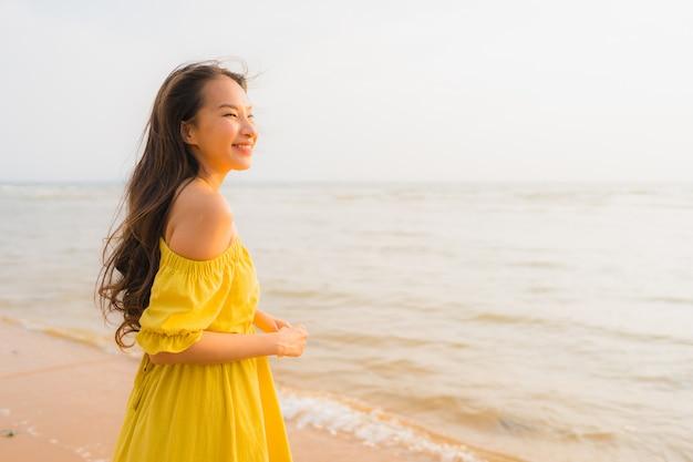 Retrato, bonito, jovem, mulher asian, passeio, praia, e, mar, oceânicos, com, sorrizo, feliz, relaxe