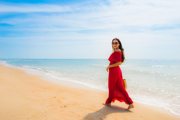 Retrato, bonito, jovem, mulher asian, praia, e, mar