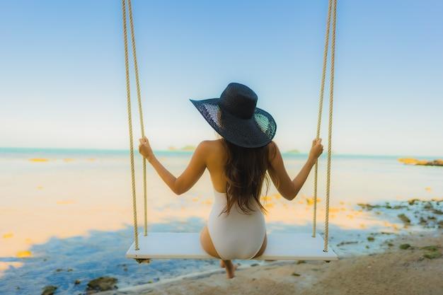 Retrato, bonito, jovem, mulher asian, sentando, a, balanço, ao redor, praia, mar, oceânicos, para, relaxe