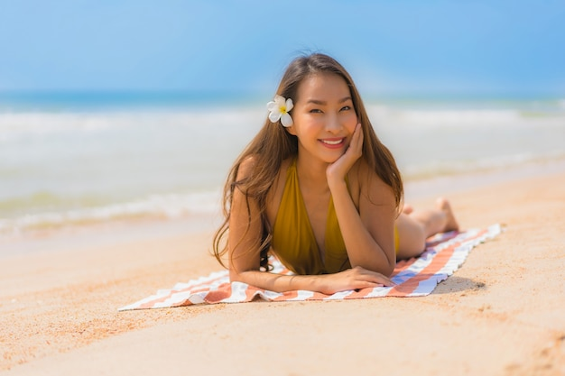 Retrato, bonito, jovem, mulher asian, sorriso, feliz, praia, e, mar