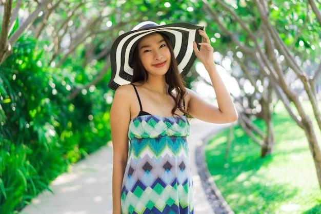Retrato, bonito, jovem, mulher asian, sorrizo, e, feliz ao redor, jardim ao ar livre
