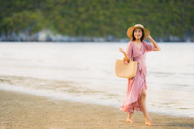 Retrato, bonito, jovem, mulher asian, sorrizo, feliz, passeio, ligado, a, tropicais, ao ar livre, natureza, praia, mar