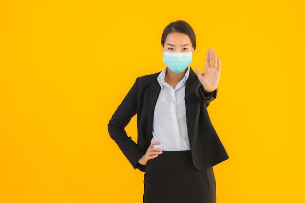 Retrato, bonito, jovem, mulher asiática, desgaste, máscara, para, proteger, covid19