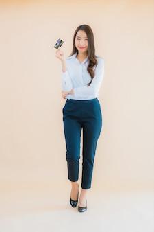 Retrato bonito jovem mulher asiática negócios cartão de crédito