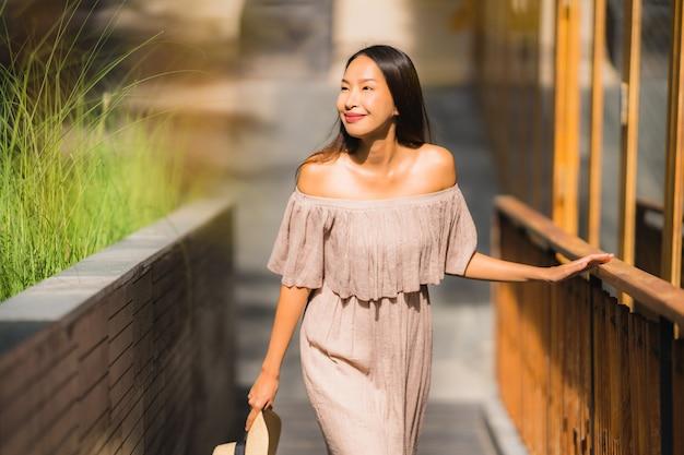 Retrato bonito jovem mulher asiática sorriso feliz