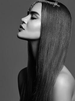 Retrato bonito menina preto e branco