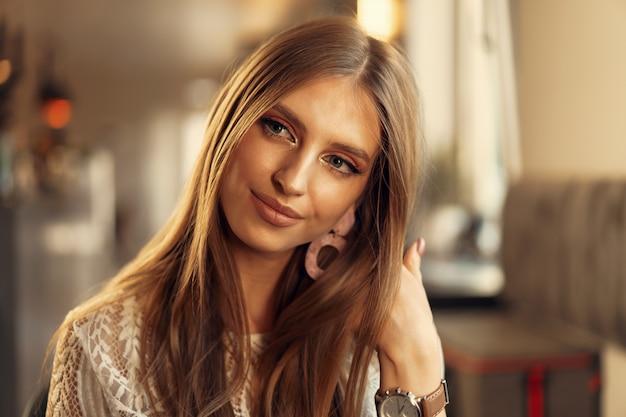 Retrato bonito modelo feminino em um café