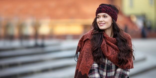 Retrato bonito mulher alegre em uma cidade
