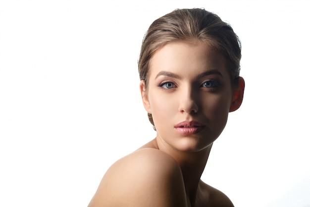 Retrato bonito novo da cara da mulher com pele saudável.