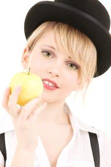 Retrato brilhante da adorável loira com maçã verde