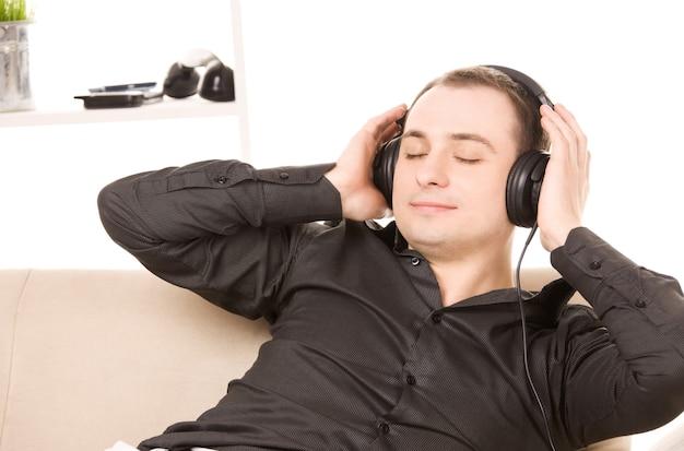 Retrato brilhante de homem feliz em fones de ouvido