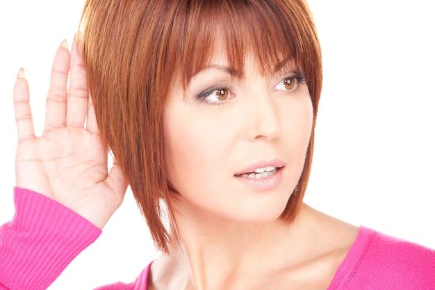 Retrato brilhante de uma mulher adorável ouvindo fofoca