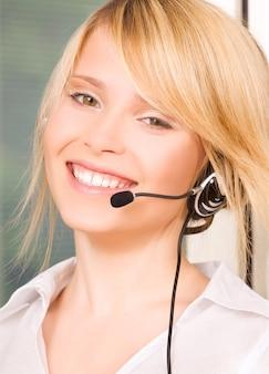 Retrato brilhante de uma simpática operadora de linha de apoio