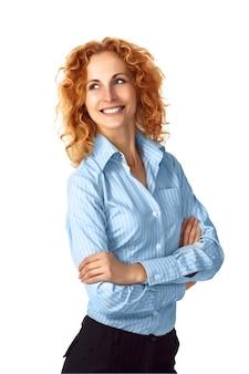 Retrato casual de empresário ruiva sorrindo isolado no branco