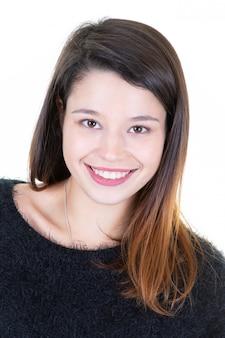 Retrato casual de uma jovem sorridente, olhando para a câmera e rindo