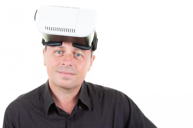 Retrato casual homem segurando óculos vr e olhando o rosto isolado no branco