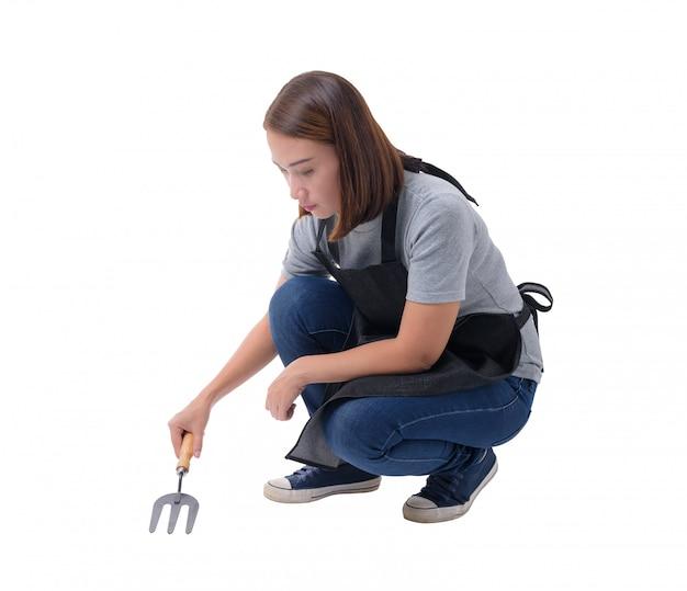 Retrato cheio do corpo de uma mulher do trabalhador ou da mulher do serviço na camisa e no avental cinzentos.