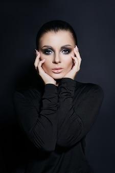 Retrato clássico de mulher com maquiagem perfeita