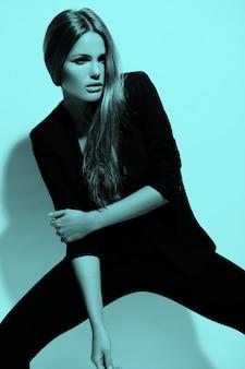 Retrato colorido de alta moda look.glamor do modelo sexy elegante caucasiano mulher jovem e bonita em pano preto