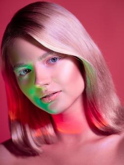Retrato com estilo neon iluminando uma jovem loira bonita