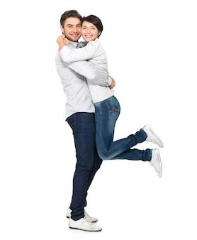 Retrato completo de casal feliz. homem atraente e mulher sendo brincalhão.