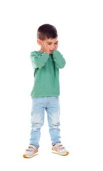 Retrato completo de criança surpreendida com jeans e camiseta verde