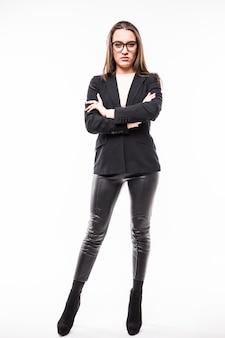 Retrato completo de jovem em vestido de negócios preto e óculos isolados no branco