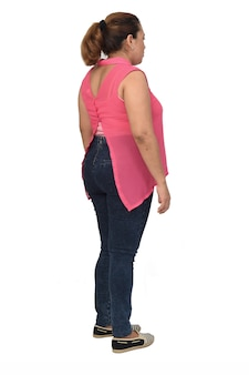 Retrato completo de mulher em pé, vista traseira e lateral em fundo branco,