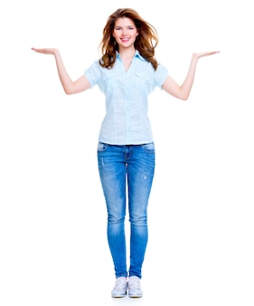 Retrato completo de mulher feliz com gesto de apresentação sobre fundo branco.