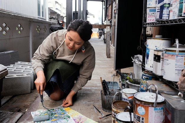 Retrato completo de mulher pintando