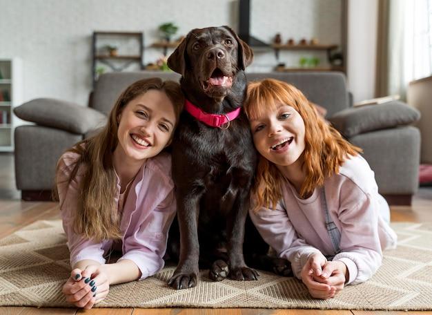Retrato completo de mulheres e cachorros posando
