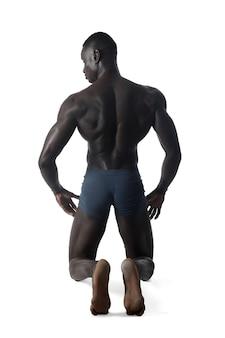Retrato completo de um homem de joelhos