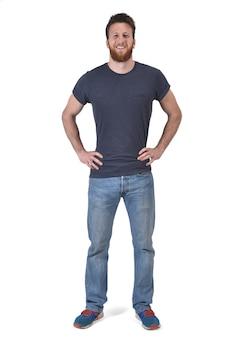 Retrato completo de um homem de mãos na cintura e sorrindo em branco
