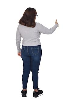 Retrato completo de uma mulher com o polegar para cima isolado no branco
