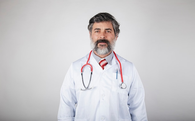 Retrato confiante de médico com jaleco