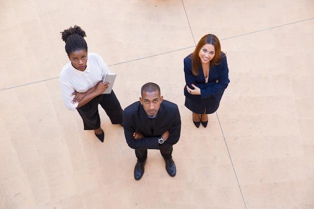 Retrato corporativo da equipe de negócios de três
