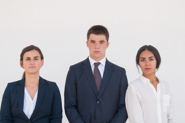 Retrato corporativo da equipe séria de negócio bem sucedido