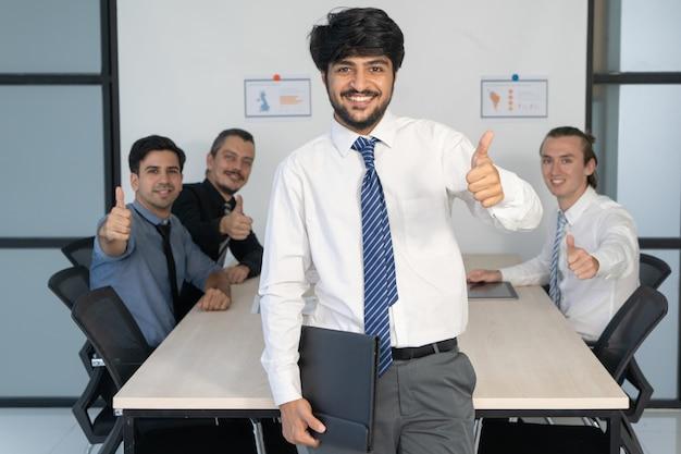 Retrato corporativo do gerente de projeto e sua equipe.