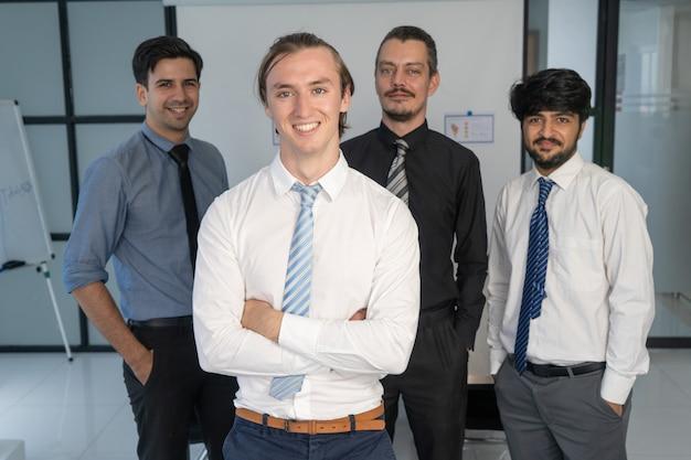 Retrato corporativo do jovem gerente e sua equipe.