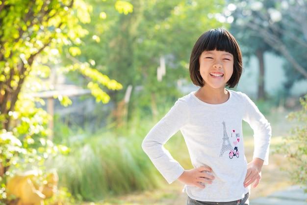 Retrato criança asiática, criança curtir e feliz, a garota está sorrindo